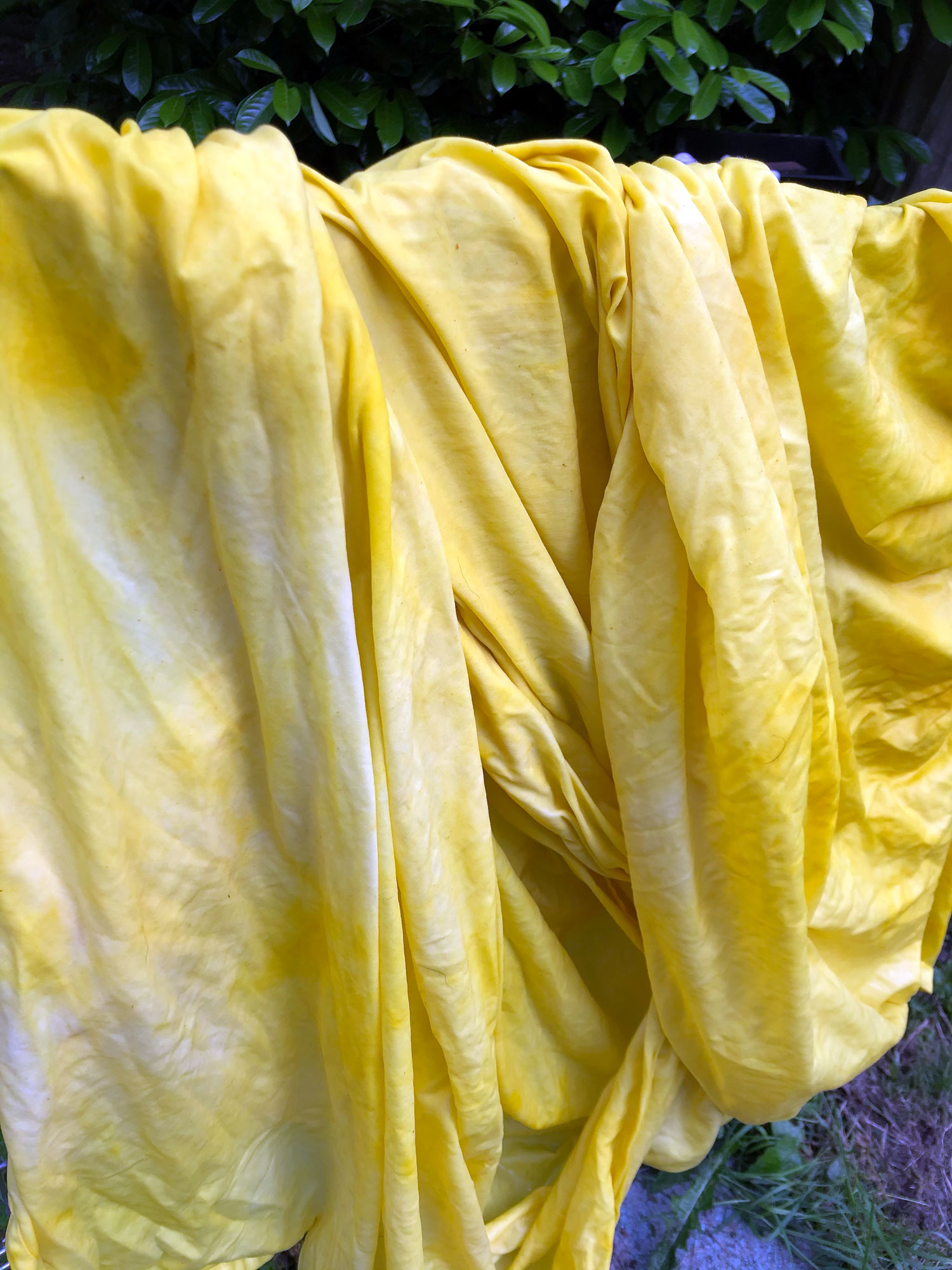 Easy DIY Turmeric Dye, how to dye with turmeric, upcycle dingy sheets